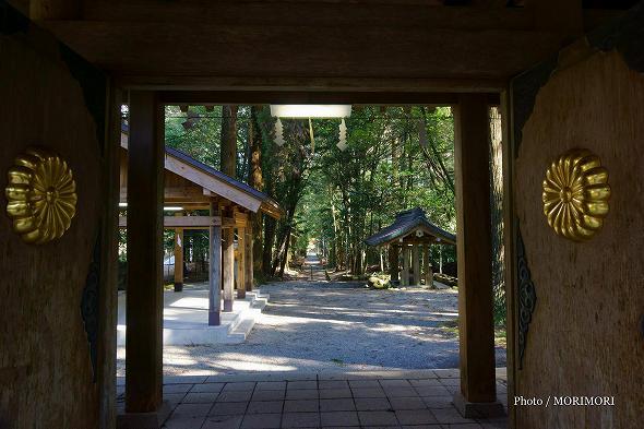 狭野神社 神門ごしに見る参道