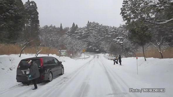 雪の降らない宮崎、途中で雪遊びする方も