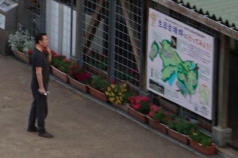 生目古墳群の案内板を見る男性