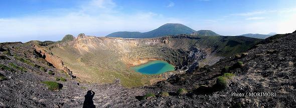 新燃岳(美しい火口湖も溶岩で埋まってしまった)