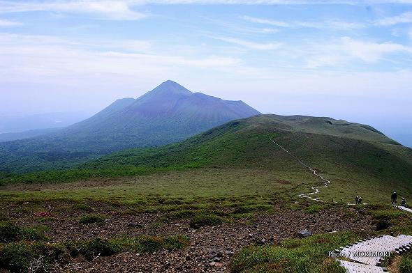 新燃岳登山道より中岳・高千穂峰を望む