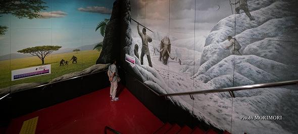 階段の壁絵