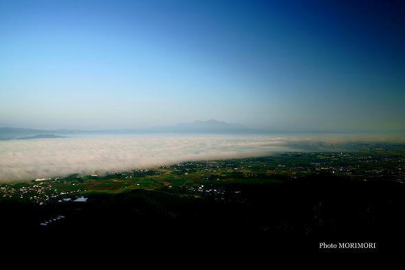 霧島と雲海 (崩れ気味の薄い雲海)