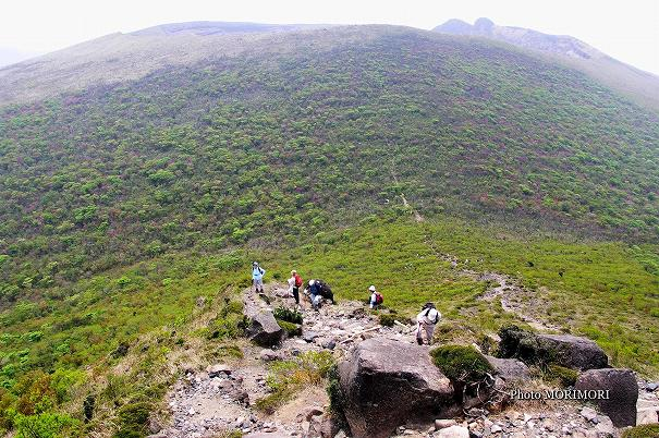 登山出来た頃の新燃岳(獅子戸岳中腹より撮影)