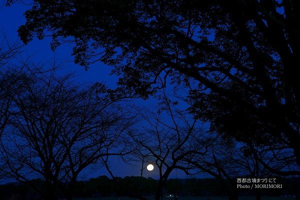 西都原台地に登る満月