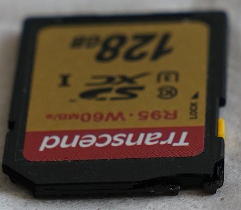 割れたトランゼント製SDカード TS128GSDU3