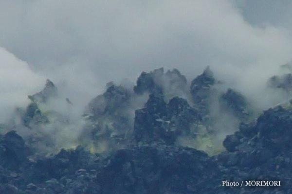 新燃岳火口から流れ出た溶岩