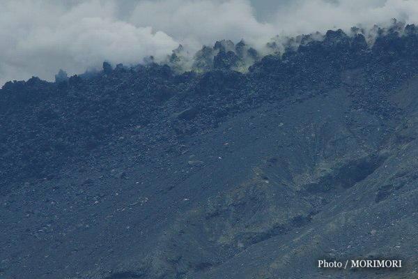新燃岳火口から流れ出る溶岩