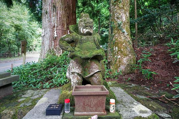 白鳥神社の吽(うん)形の仁王像