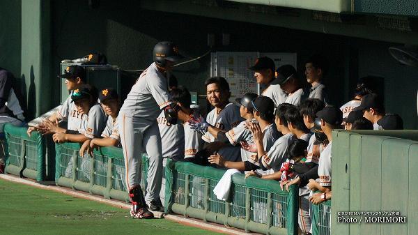 脇谷亮太選手 打席を終えチームメイトに迎えられる