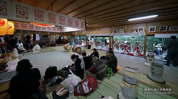 神楽は拝殿の内御神屋、および前の外御神屋で舞われる