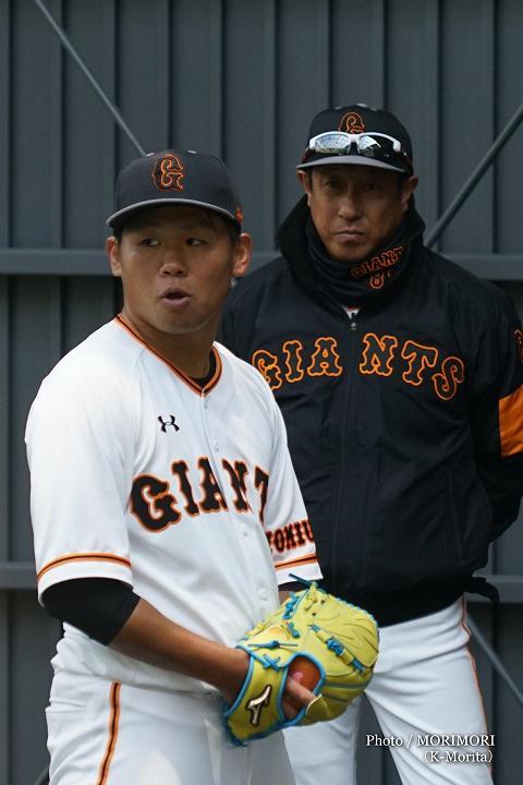 宮本和知投手総合コーチと田口麗斗投手