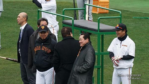 和田さん、東尾さん、山本浩二さん、梨田さんなども視察 右は元木 内野守備兼打撃コーチ