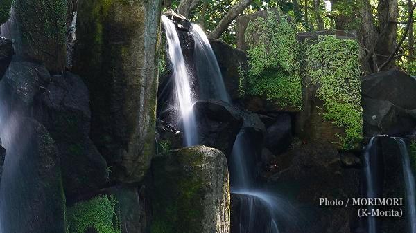 宮崎県総合運動公園内 日本庭園にある高千穂峡を模した滝