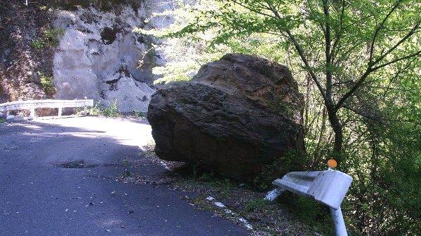 2011年 有楽椿の里付近の道路で見かけた落石