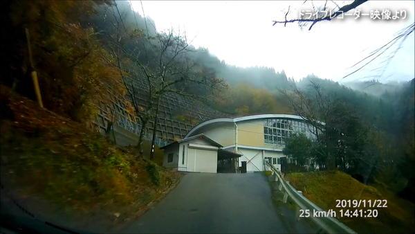 栂尾神社への道にて(栂尾小学校跡)
