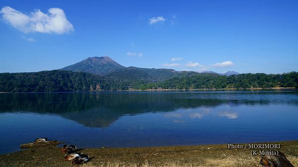 御池(みいけ)と霧島連山