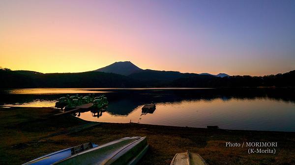 御池と霧島連山の夕景