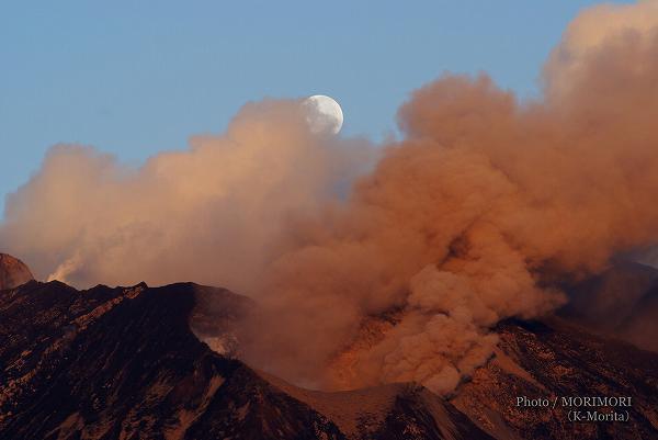 桜島と明け方の満月