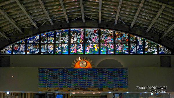藤城清治氏作のステンドグラス「神の光 生命の国 愛と花〜宮崎と日本の神秘の美しさを世界へ」(宮崎ブーゲンビリア空港)